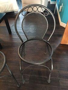 2 chaises en métal argent,