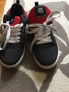 Sneakers size 6 youth