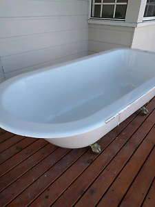 Bath tub - free standing - bronze legs - great condition Ellis Lane Camden Area Preview