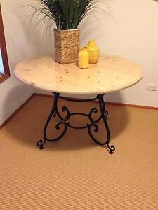 Round table in excellent condition Waitara Hornsby Area Preview