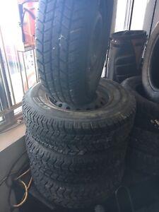 4 pneus hiver comme neuf sur rim 205/75R14