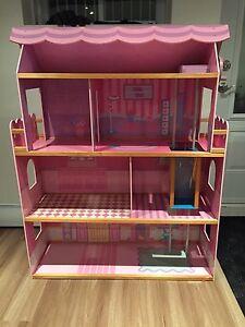 Maison de Barbie + lot de meubles et barbies