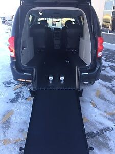 2016  *WHEELCHAIR ACCESSIBLE* Dodge Grand Caravan SE - Black