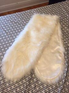 Châle blanc en fausse fourrure