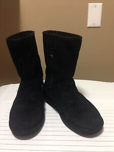 UGGS black size 7 MINT condition