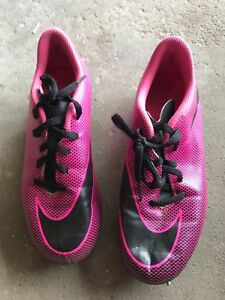 Outdoor soccer shoes