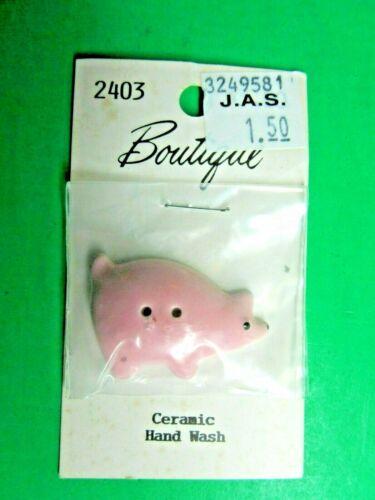 "(1) 1&3/8"" BOUTIQUE PIG PINK CERAMIC 2-HOLE BUTTON NOS CARD (H595)"