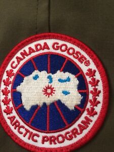 SELLING A MINT CONDITION CANADA GOOSE JACKET