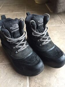 Boys North Face winter Boots size 5