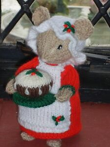 HAND KNITTED CHRISTMAS COOK MOUSE CHRISTM HOLDING HER PUDDING /MICE ALAN DART