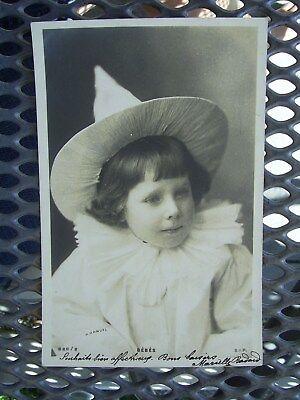 Kragen Clown Kostüme (Mädchen im weißen Clowns-Kostüm mit Spitzhut und Spitzenkragen, gl. 1905)