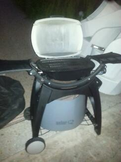 NEAR NEW - WEBER B.Q.Q - Q - WITH STAND/GAS BOTTLE AND COVER