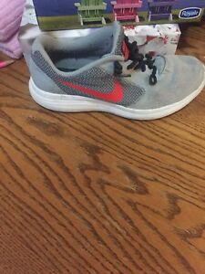 Nike revolution 3 size 4 youth