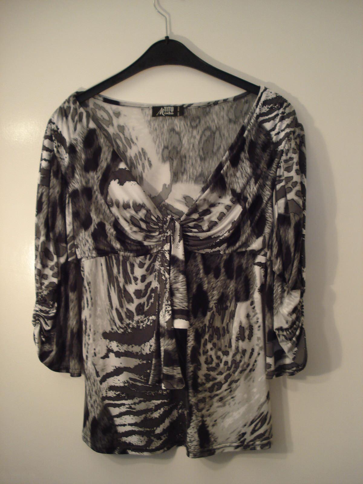 Schwarz-weisse Bluse/T-shirt mit Ring in der Mitte und Schleife, Gr. L
