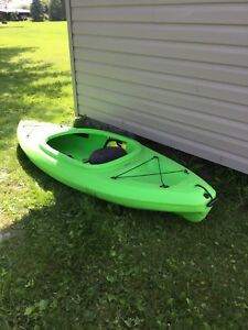 8ft kayak comes with paddle 200$