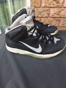 Nike athletics shoes like new 20$ each