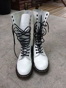 Dr Martens white books 7 us, 5 uk, 38 eu