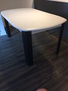Jolie table noire et blanche