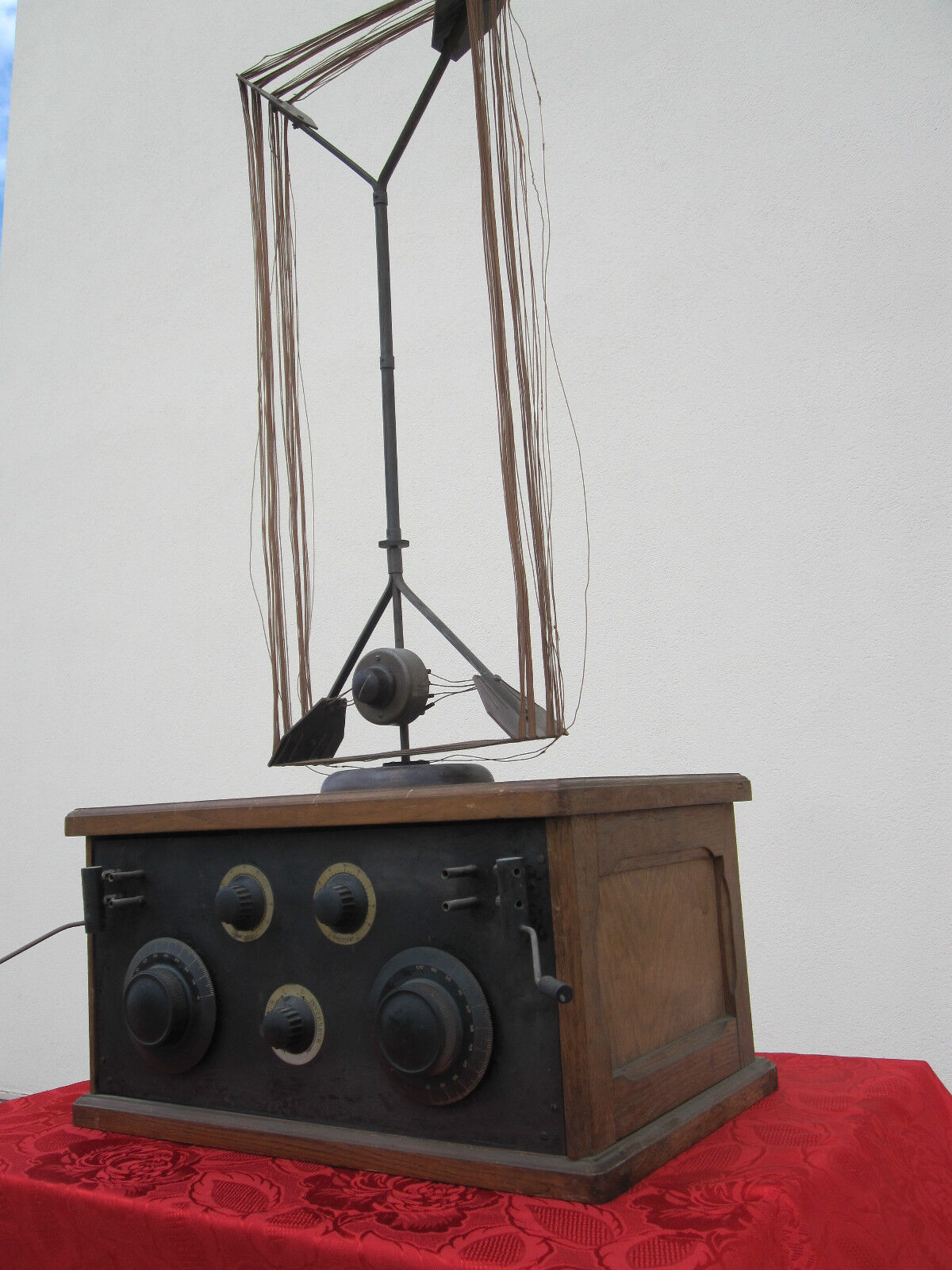 radio 1920 s However, when radio expanded and became very popular in the mid 1920s, companies like rca (radio corporation of america) and others mass-produced them and sold them at department stores the .