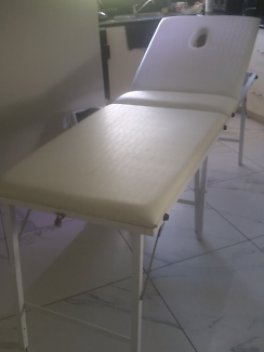 BEAUTY TABLE WHITE VINYL WITH WHITE LEGS