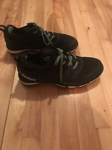 Black Reebok Running Shoes (Worth 130$)Souliers de course noir