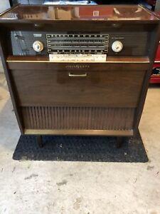 Vintage 1950s AM/FM Radio Record Player