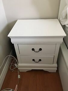 A bed and its dresser chest of drawers for sale