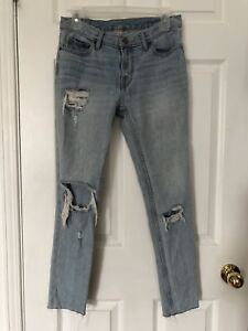 BDG DISTRESSED JEANS SIZE 24