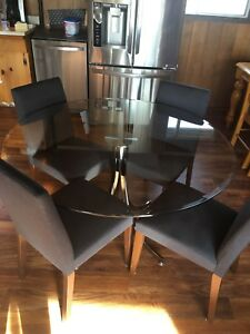 4' Round Tempered Glass Table with chairs