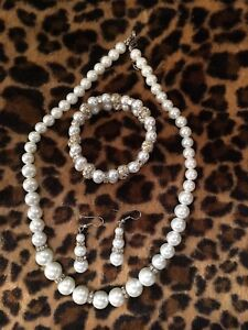 Pearl necklace, ear rings and bracelet. Beautiful set