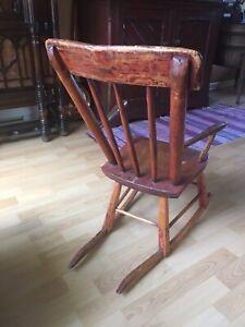 Petite chaise berçante antique pour enfant