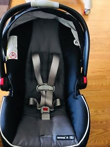 Graco classic connect car seat LIKE NEW