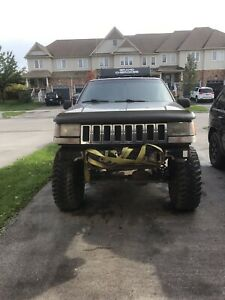 Lifted V8 Jeep Grand Cherokee (off roader)