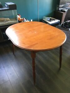Round extendable table