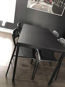Table IKEA incluant les 4 chaises ( St-Rémi )