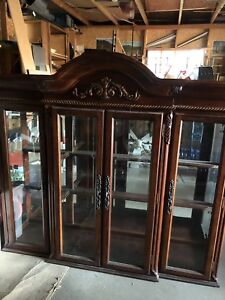 Beautiful dinning room table, hutch and 6 chairs