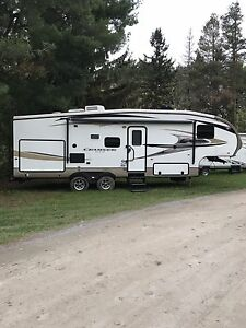 2012 Crossroads 5th wheel. With bunks 29ft