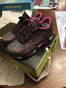 New in box Girls Skechers size 12