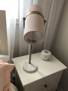 Lampe de chevet rose et base en marbre