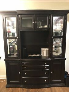Elegant buffet hutch - build in lights - excellent condition