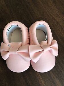 Pink bow baby moccasins