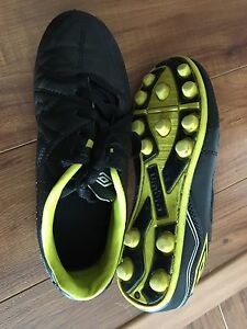 Umbro soccer cleats size 3