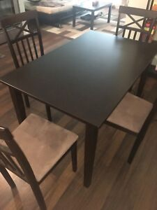 Selling dining table set, in great condition