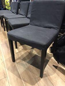 6 chaises avec housses amovibles, parfait état!