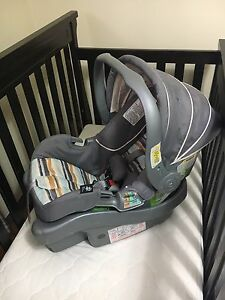 babi crib with mattresse and baby seat for a car