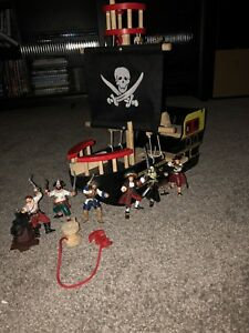 Toy pirate ship and figurines+cannon