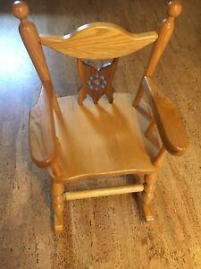 Chaise berçante en bois pour enfant