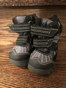 Baby boy size 4 winter boots like new