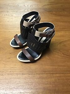 BCBGMAXAZRIA Leather woman shoes, size 6.5, in Good condition