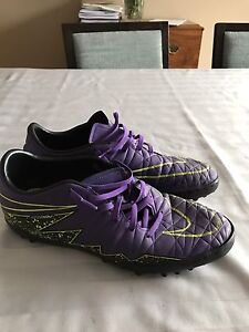 Interior mens SOCCER SHOES (size9)